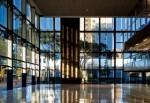 O hall de entrada dá continuidade à praça e tornou-se ponto de encontro entre clientes e advogados
